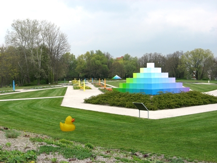 Enten-Dame Auguste zu Besuch im Optikpark in Rathenow